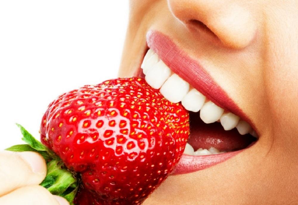 Girl-eating-strawberry